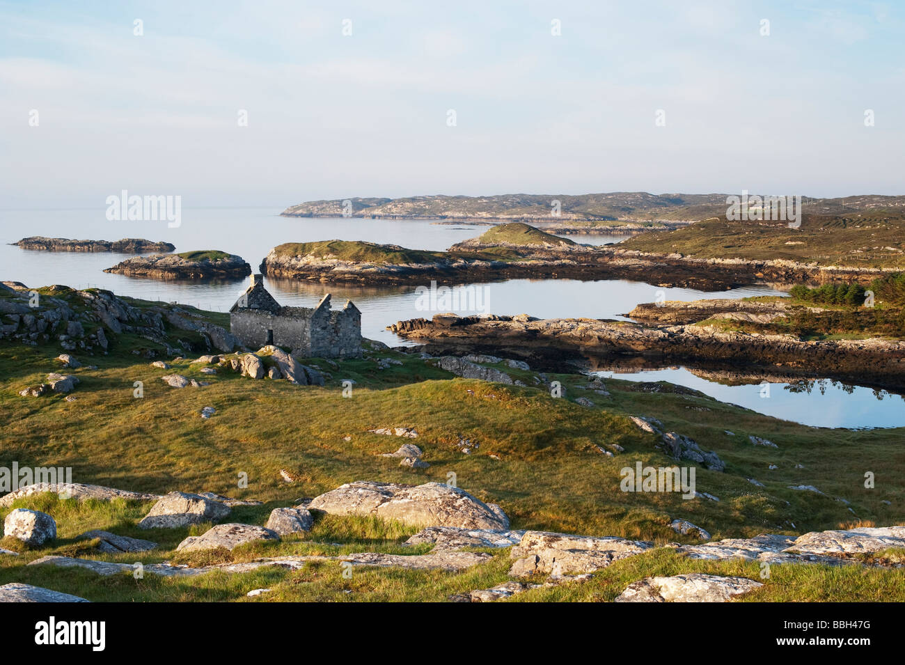 Derelict barn on South Harris coastline , Outer Hebrides, Scotland - Stock Image