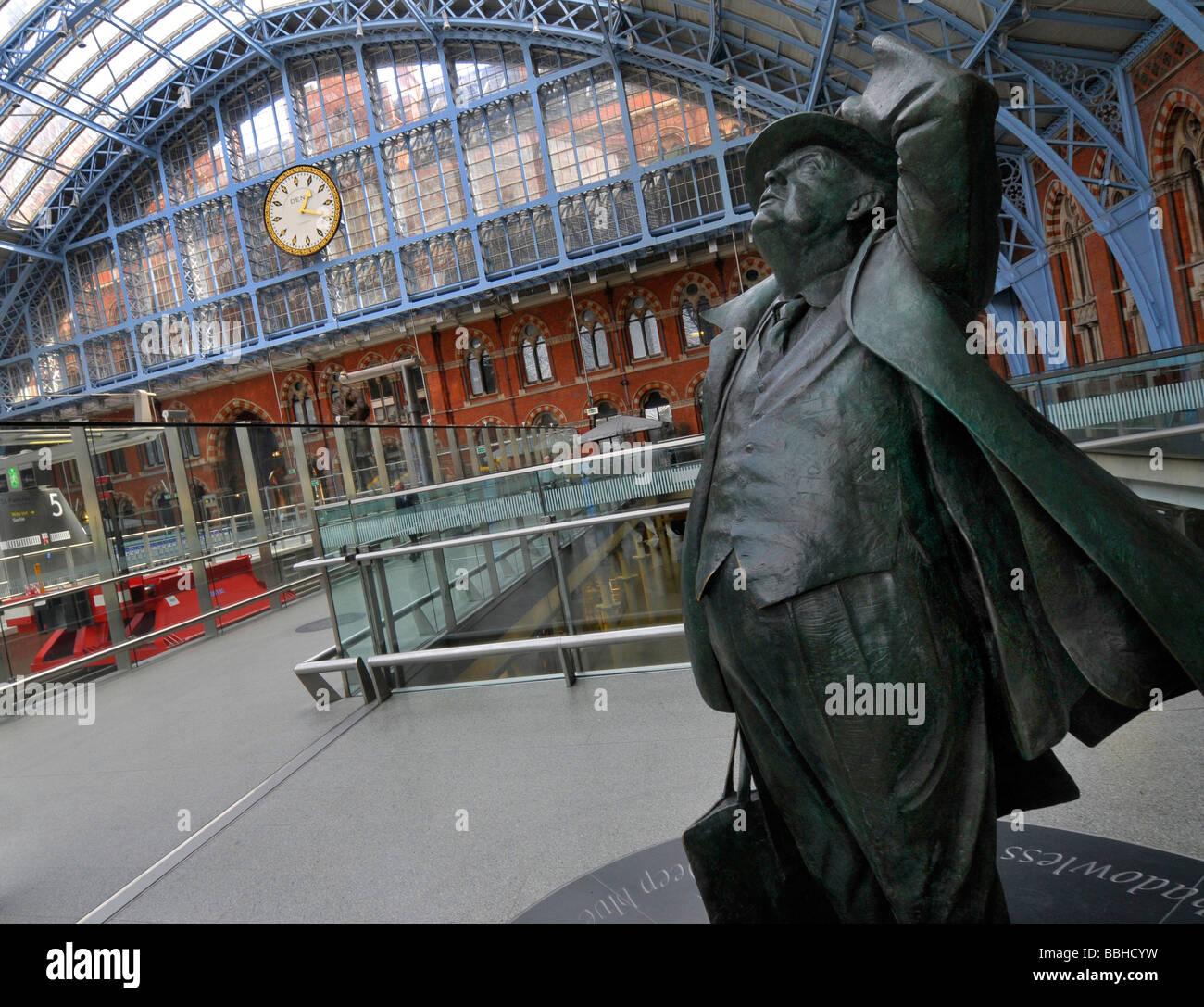 Statue of Sir John Betjeman, St Pancras Train Station, London, Britain, UK - Stock Image