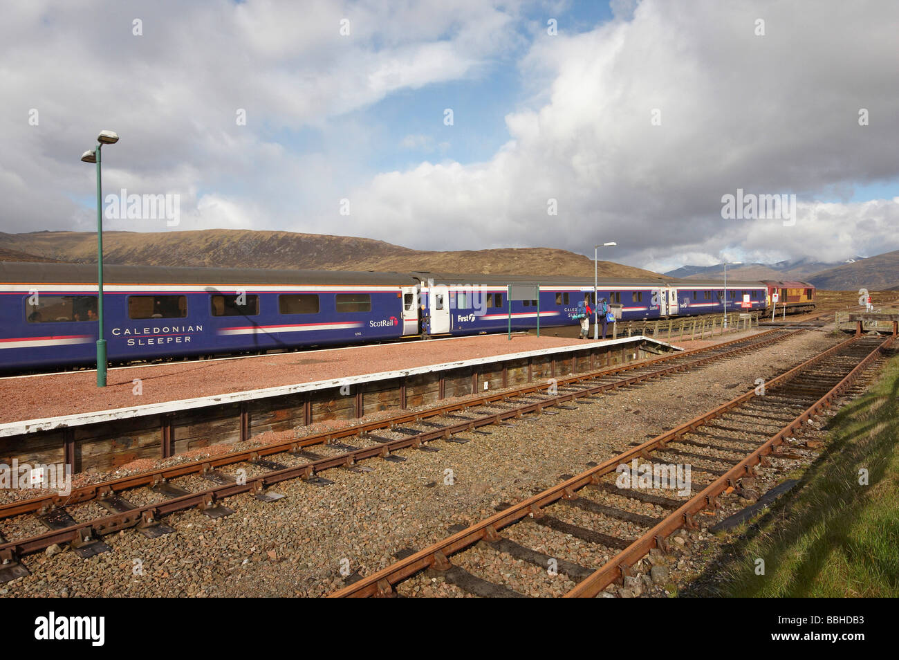 Caledonian Sleeper train in Corrour station - Stock Image