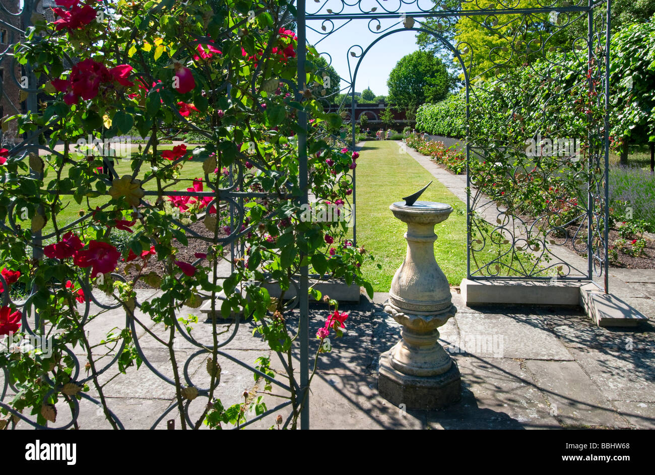 Incroyable Wrought Iron Trellis With Roses And A Sundial In The Private ...