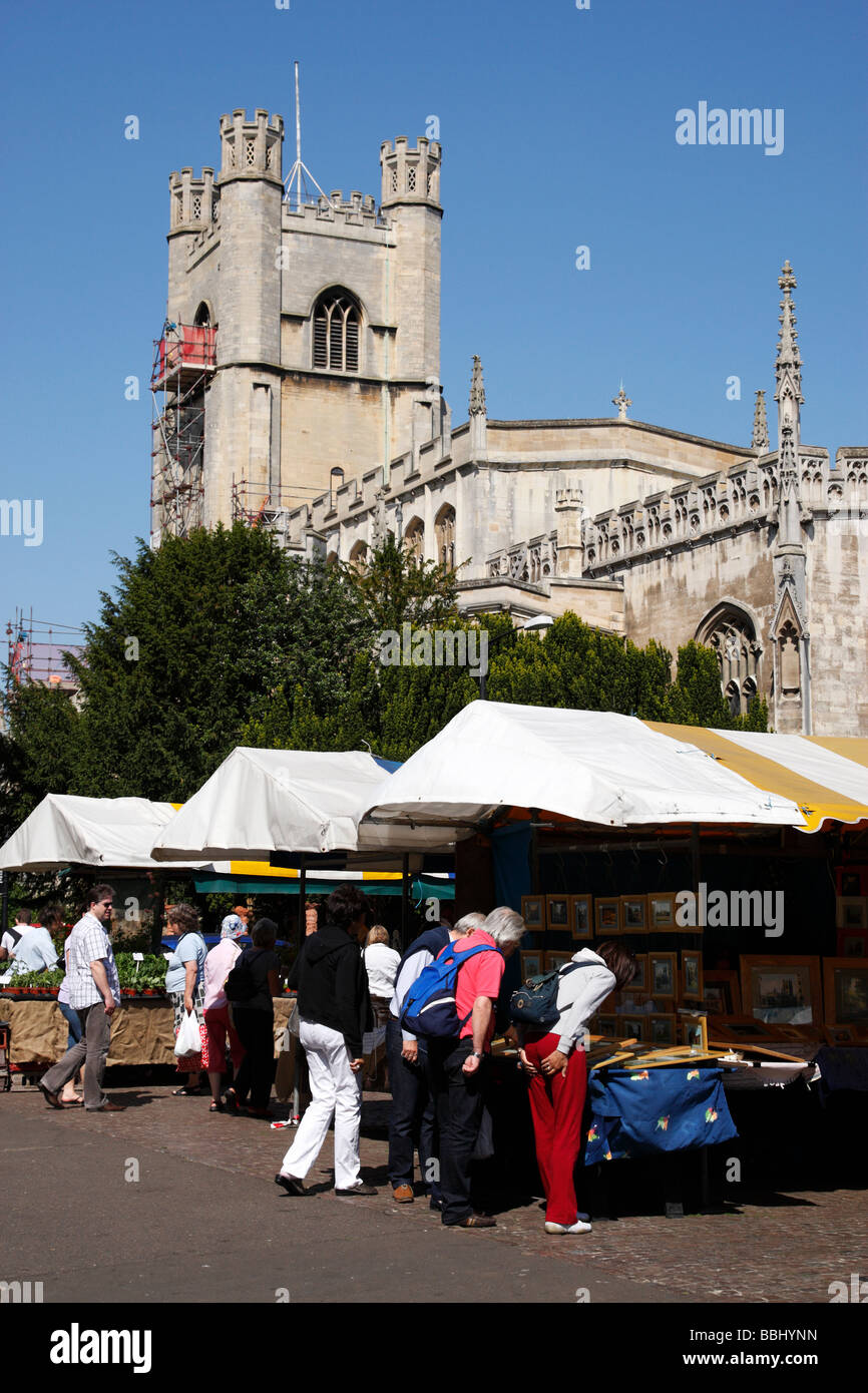 the sunday arts crafts and farmers market on market square in the background is great st marys church cambridge - Stock Image