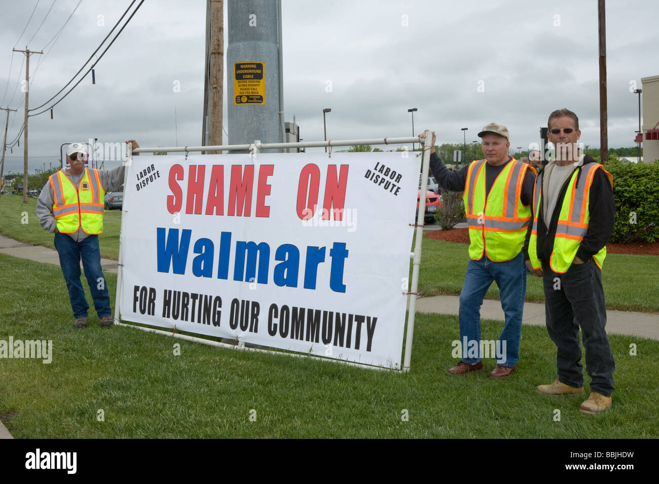 Union carpenters labor dispute protesting Walmart hiring scab labor to build addtion in Amsterdam New York State - Stock Image