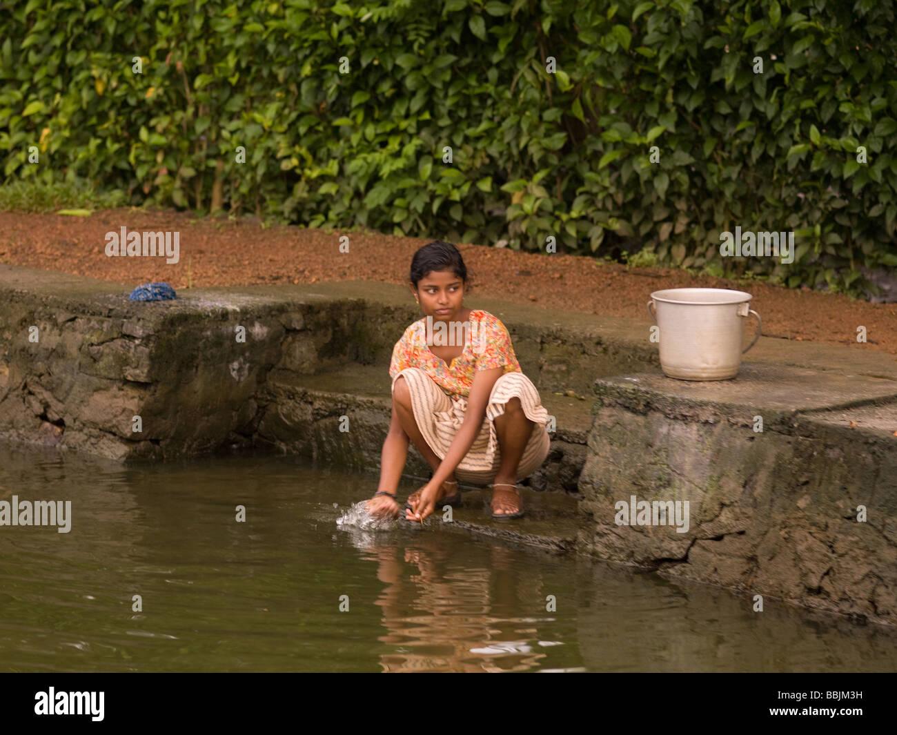 Punca v Indiji Pranje oblačil v rečni vodi. Fotograf 24382501 - Alamy-4489