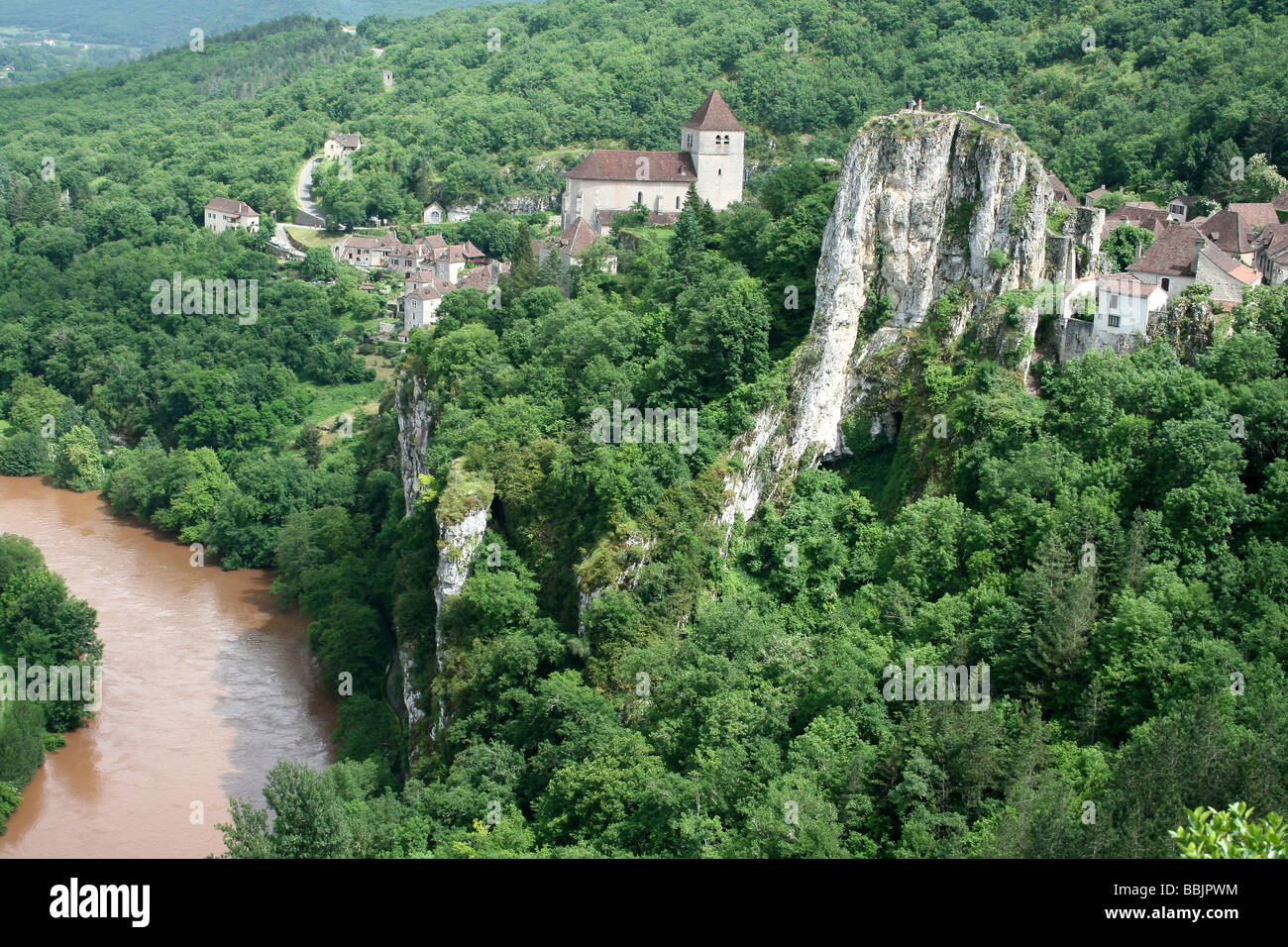 St-Cirq-Lapopie Clinging Precariously To A Rocky Outcrop Above The River Lot, Midi Pyrenees, France - Stock Image