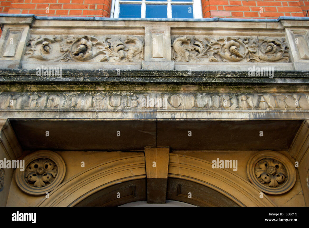 free public library inscribed above the entrance to the 1887 wimbledon library, southwest london, england - Stock Image