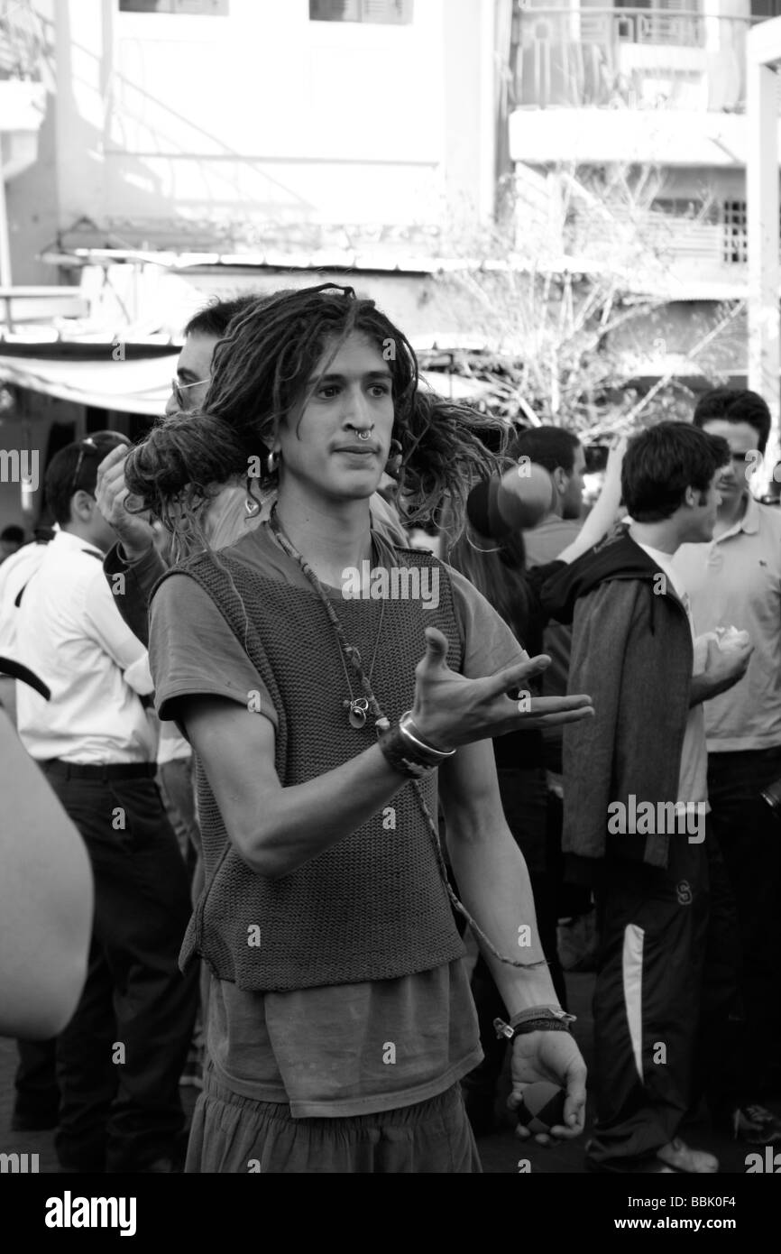 Street Clown Juggling in the market Nahalat Binyamin on Tel Aviv - Stock Image