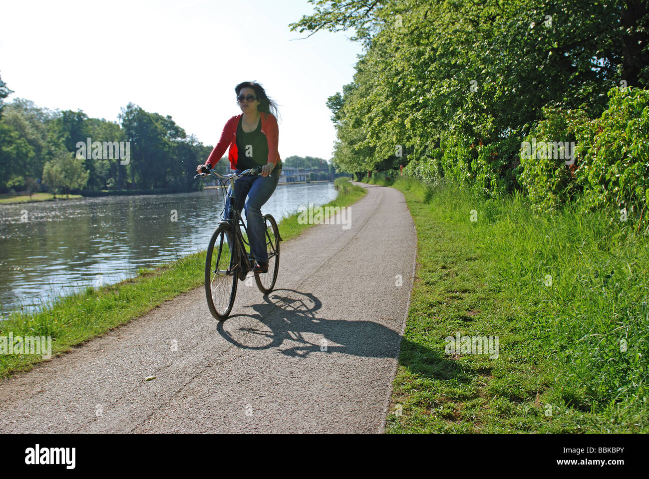 Cyclist on River Thames towpath, Oxford, Oxfordshire, England, UK - Stock Image