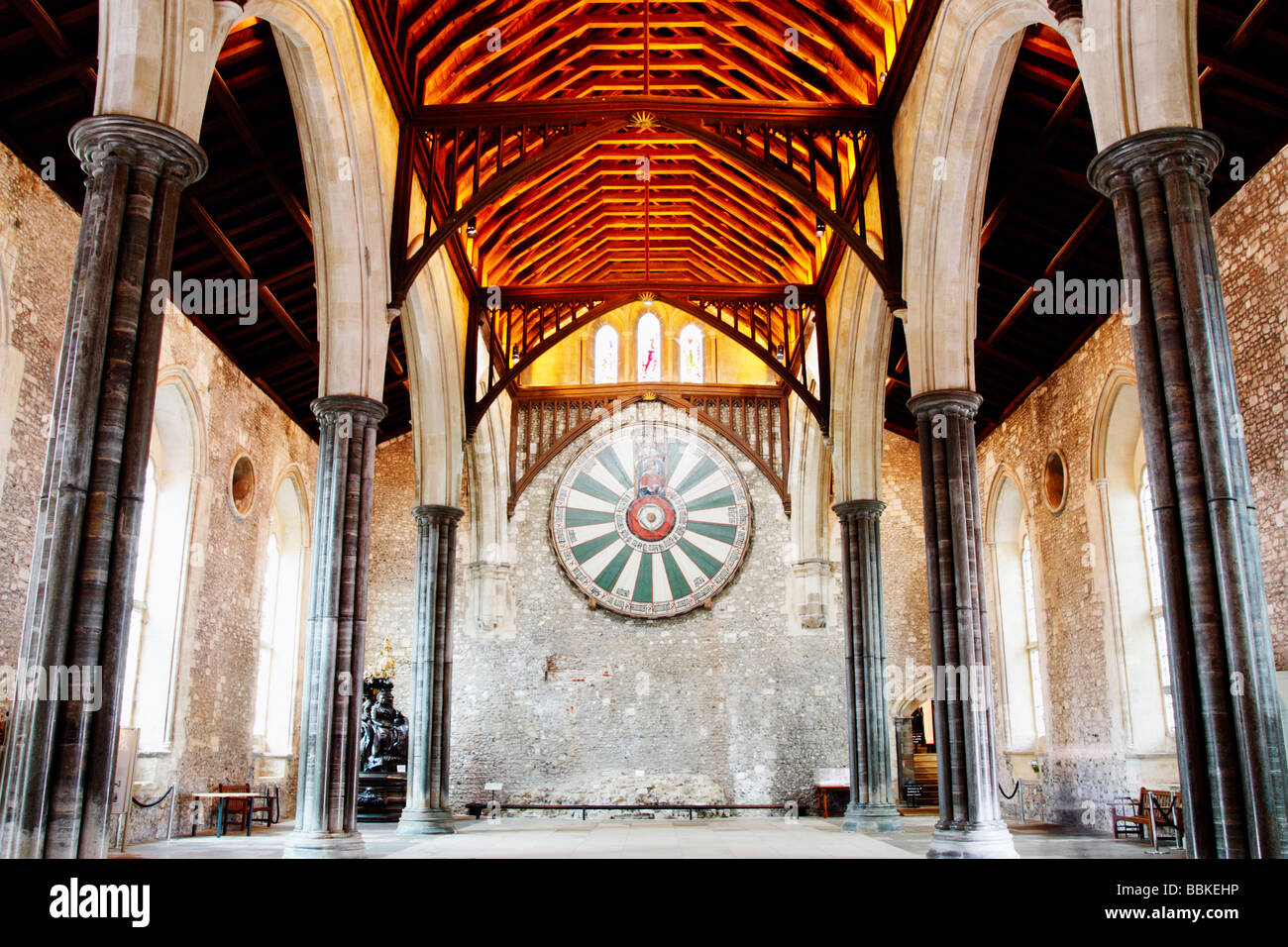 King Arthur's round table in The Great Hall in Winchester, Hampshire, England, UK. Statue of Queen Victoria - Stock Image