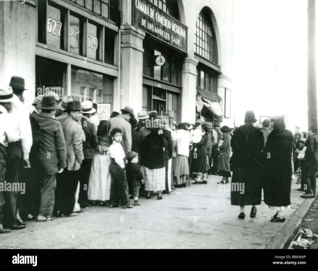 GREAT DEPRESSION -  queueing for bread in Los Angeles in the 1930s - Stock Image