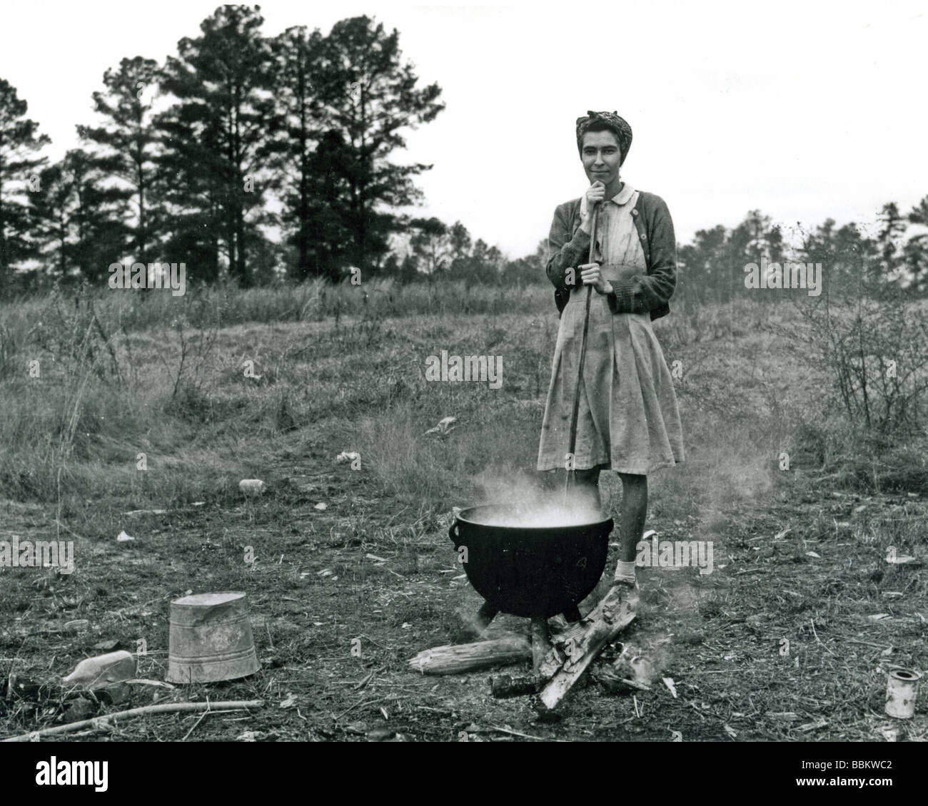 GREAT DEPRESSION  A woman in North Carolina prepares a meal at her dustbowl-hit farm in the 1930s - Stock Image