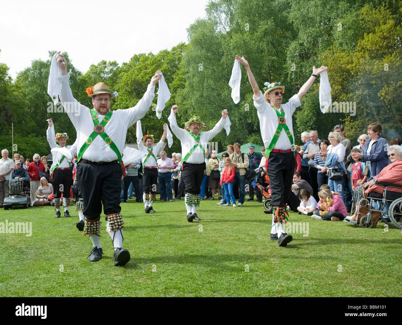 MORRIS DANCERS ENTERTAIN AT HYDE HEATH VILLAGE FAIR, MAY 2009. BUCKS, ENGLAND. - Stock Image