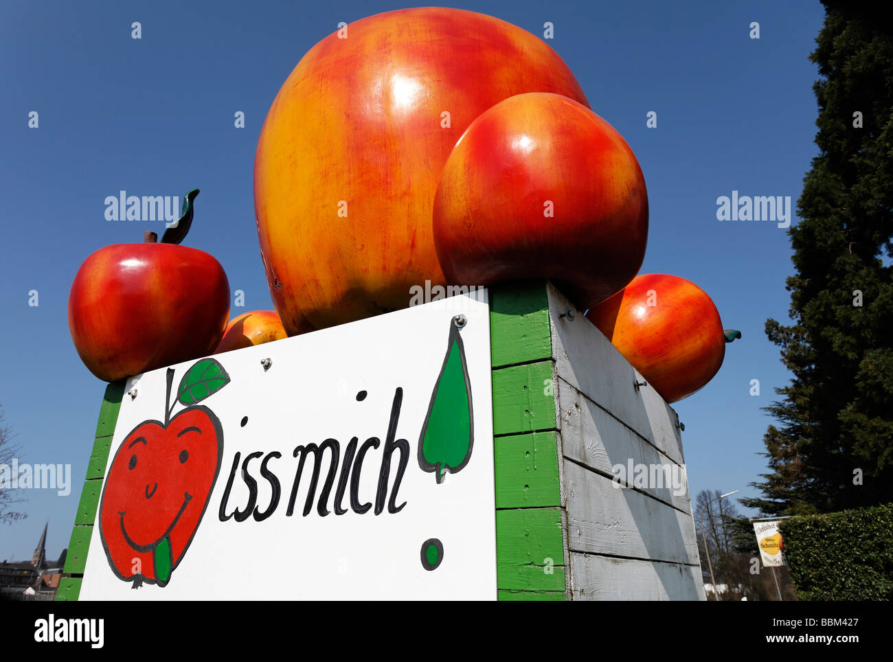 Fake apples on a cart, 'iss mich' in writing, signpost of an apple sale, North Rhine-Westphalia, Germany, - Stock Image