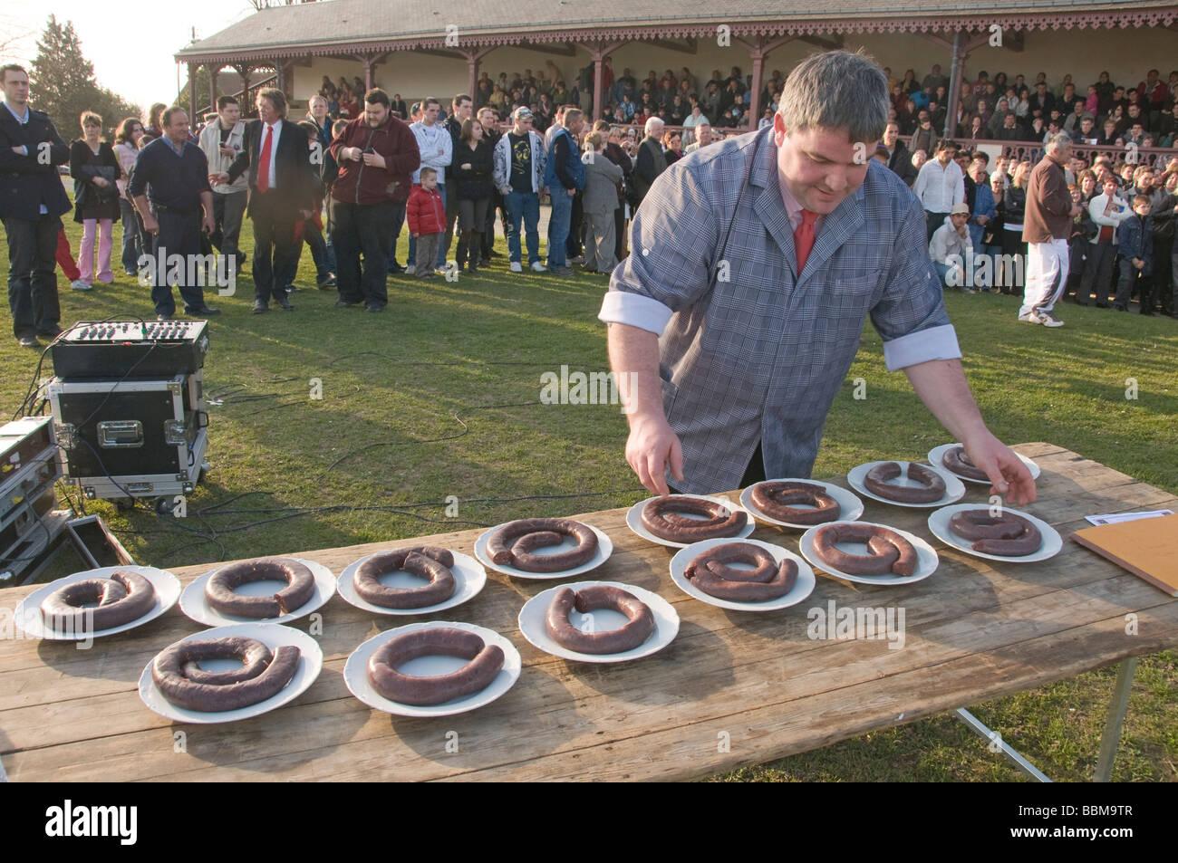 Elk204 CN34 France Mortagne au Perche Normandy boudin eating contest plus gros mangeur de boudin preparation - Stock Image