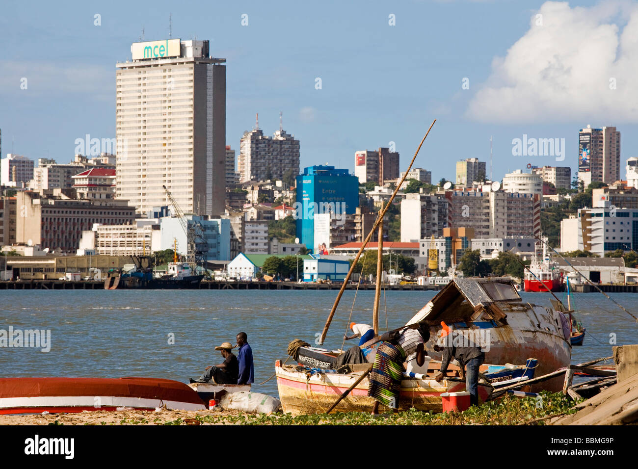 Mozambique, Maputo. Fishermen and their boats in the small fishing village of Catembe. - Stock Image