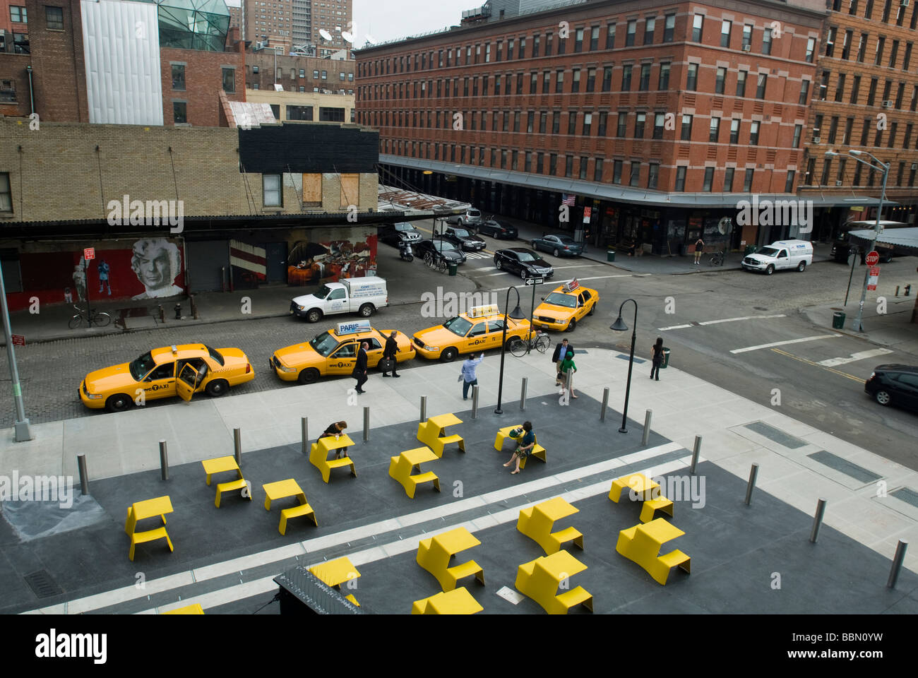 Taxis line up in front of the Standard Hotel in the plaza viewed from the new High Line Park - Stock Image