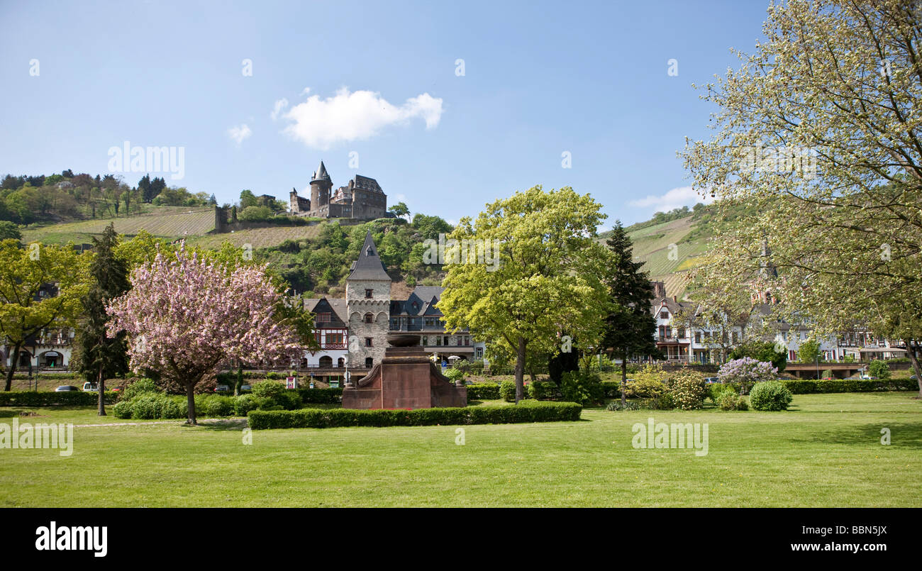 Monument to victims of war and tyranny, and the rear Bacharch Stahleck Castle, Unesco World Heritage Upper Middle - Stock Image