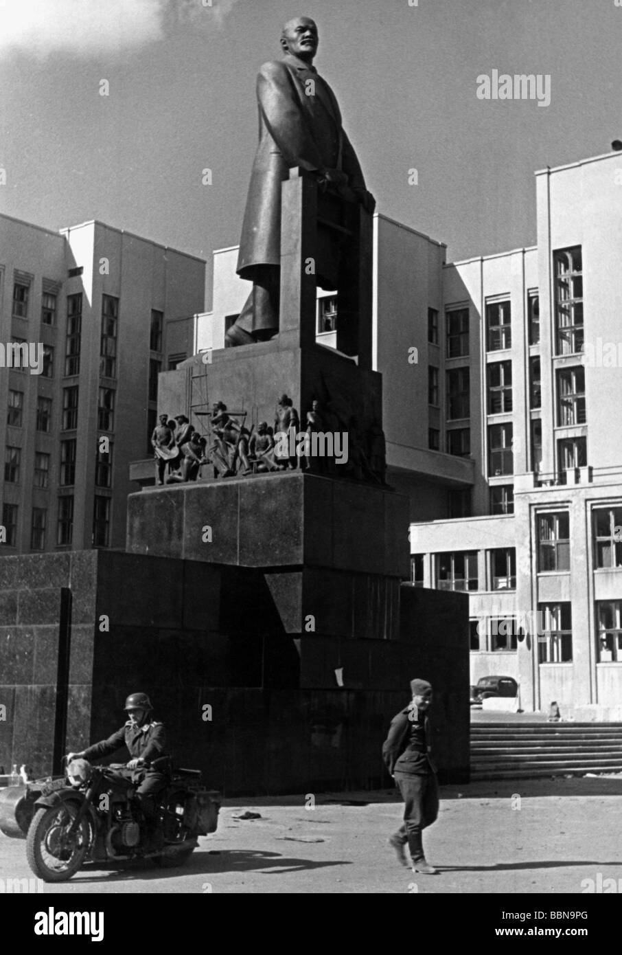 events, Second World War / WWII, Russia 1941, Luftwaffe soldiers in front of the Lenin monument in Minsk, 23.7.1941, Stock Photo