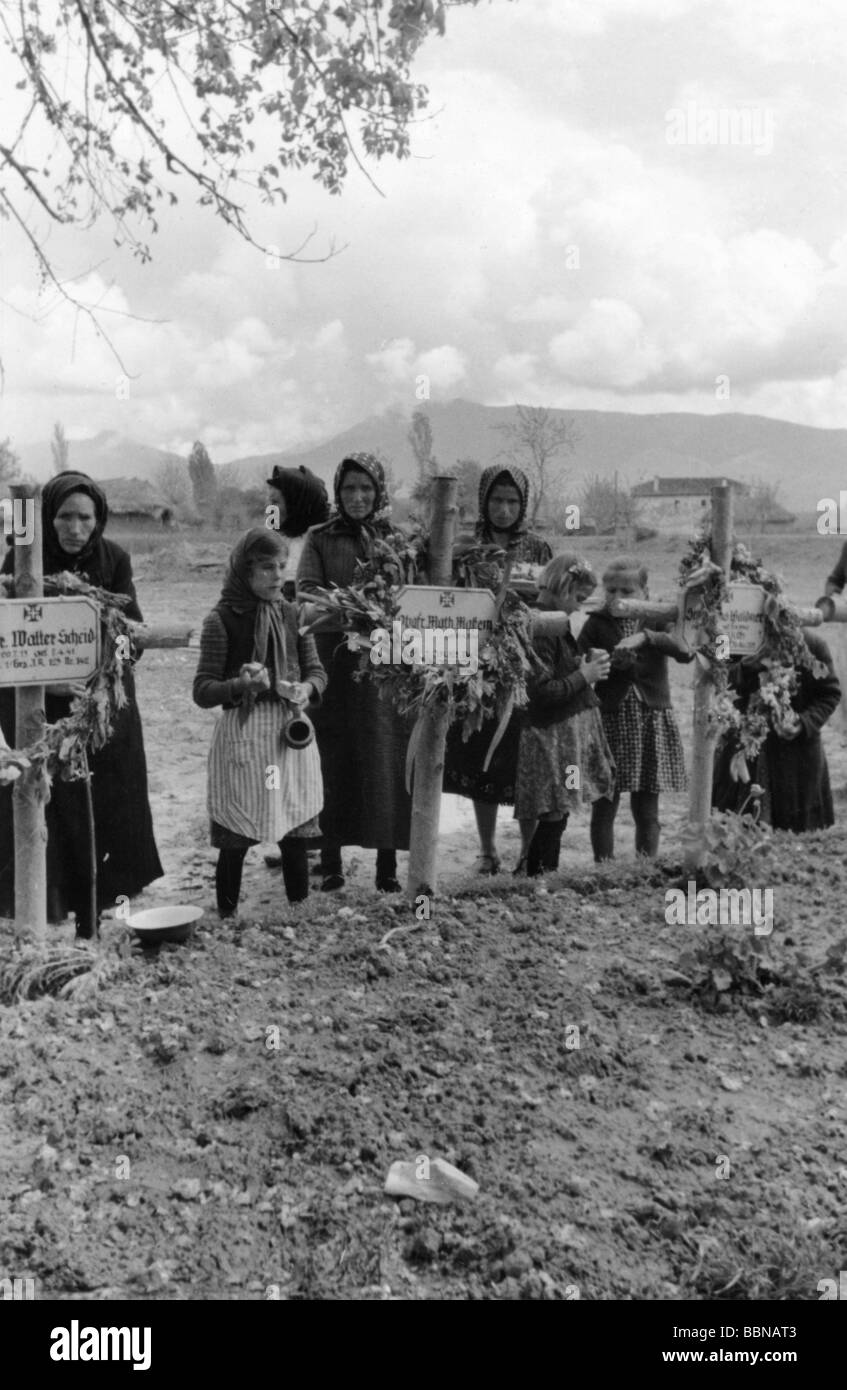 events, Second World War / WWII, Greece, Balkans Campaign 1941, Greek civilians at graves of German soldiers, Metaxas Stock Photo