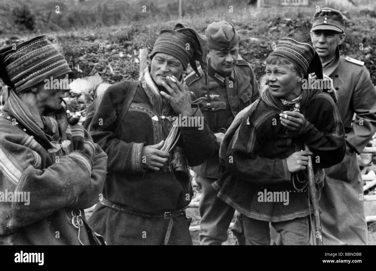 events, Second World War / WWII, Finland, Lapland, German soldiers with locals, probably 1941, Lapp, Laplander, - Stock Image