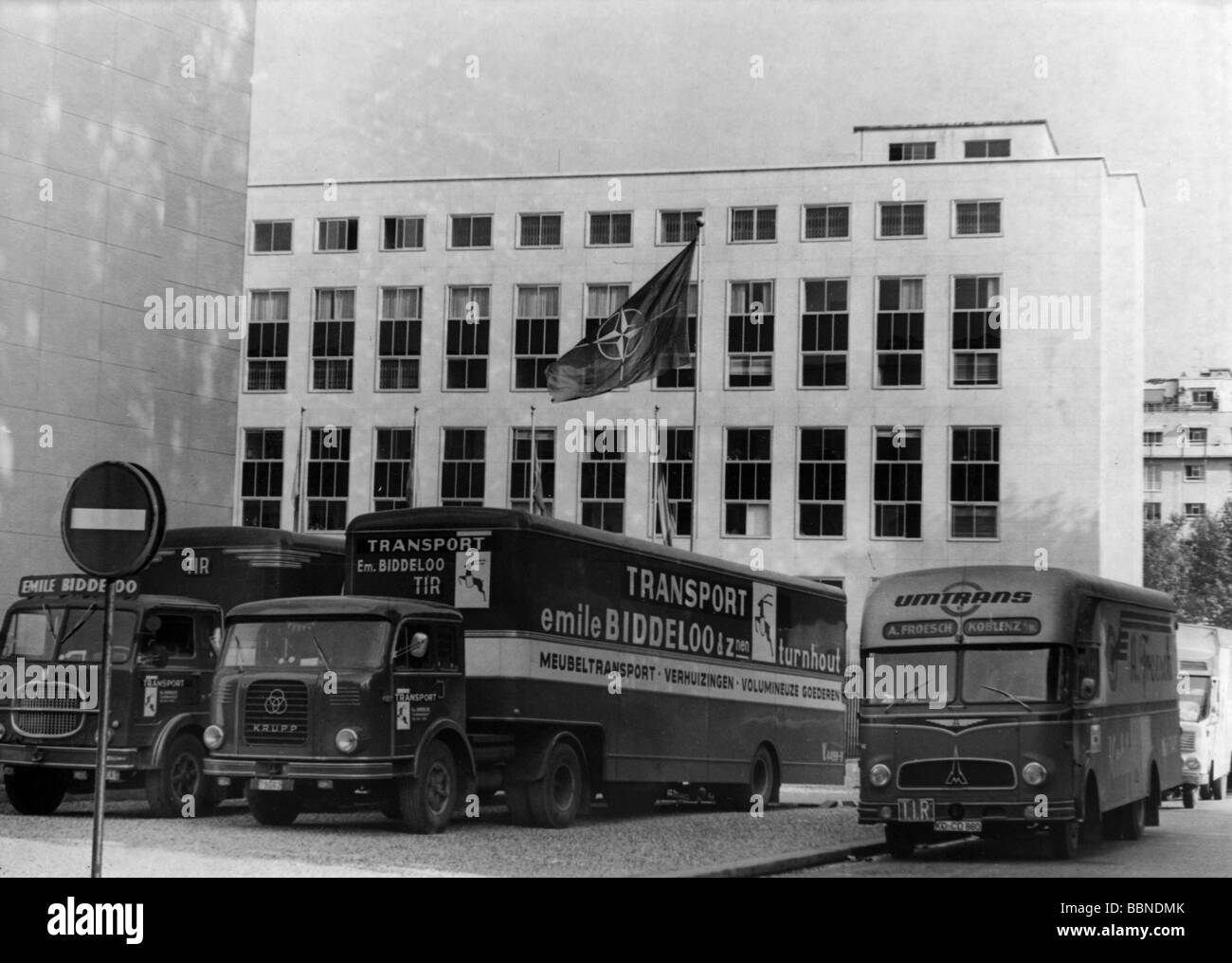 Charmant Politics, NATO, Relocation From France To Belgium, Furniture Lorries,  Paris, 10.2.1967, Lorry, Removal Van, Vans, 20th Century,