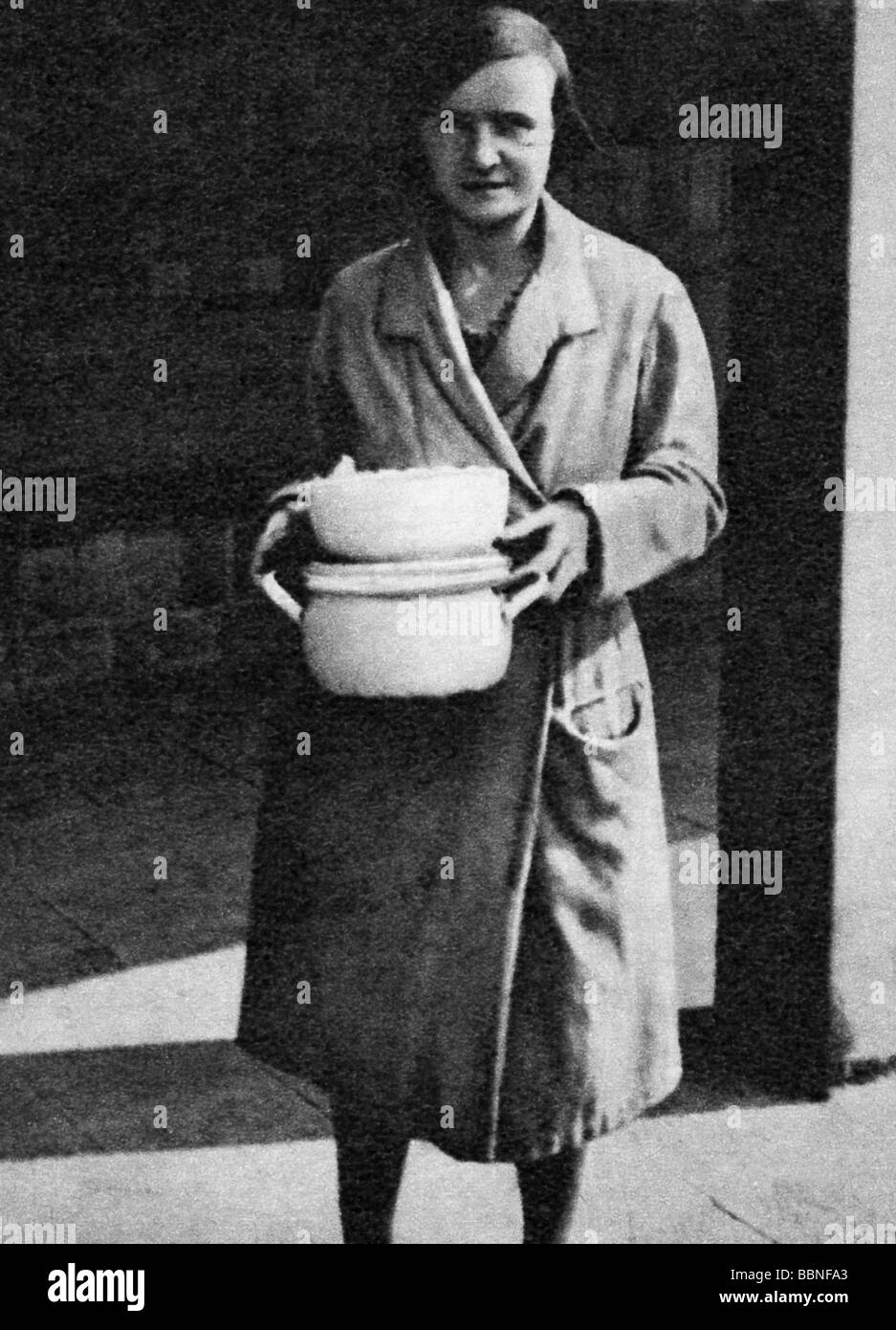 events, Great Depression 1929 - 1933, woman with soup bowl on her way to get food from the soup kitchen, Germany, - Stock Image