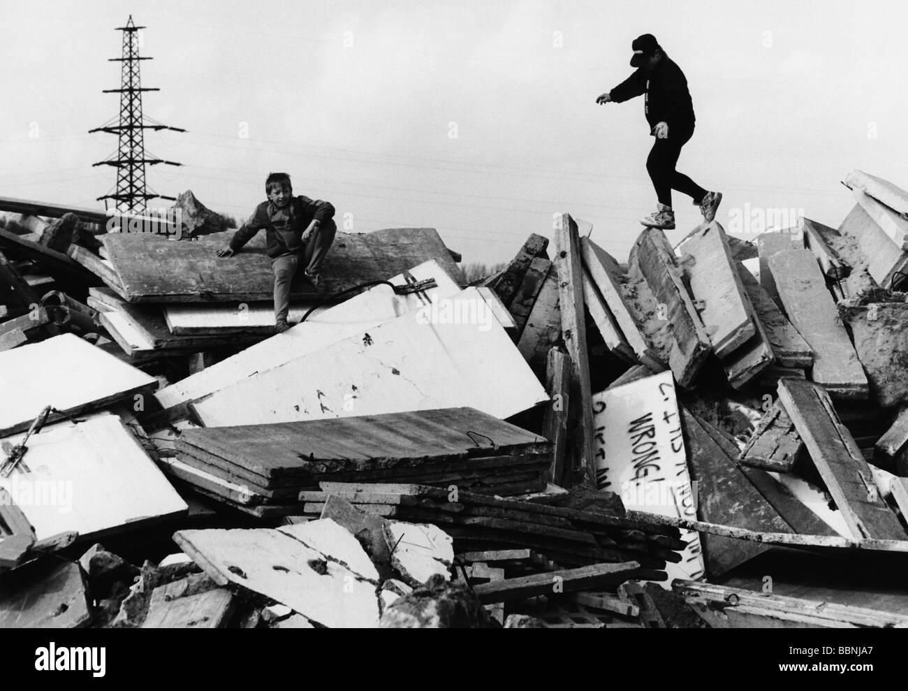 geography / travel, Germany, Berlin, wall, destruction, Schoenwalde/Spandau, children plying on the rubble, 4.4.1992, - Stock Image