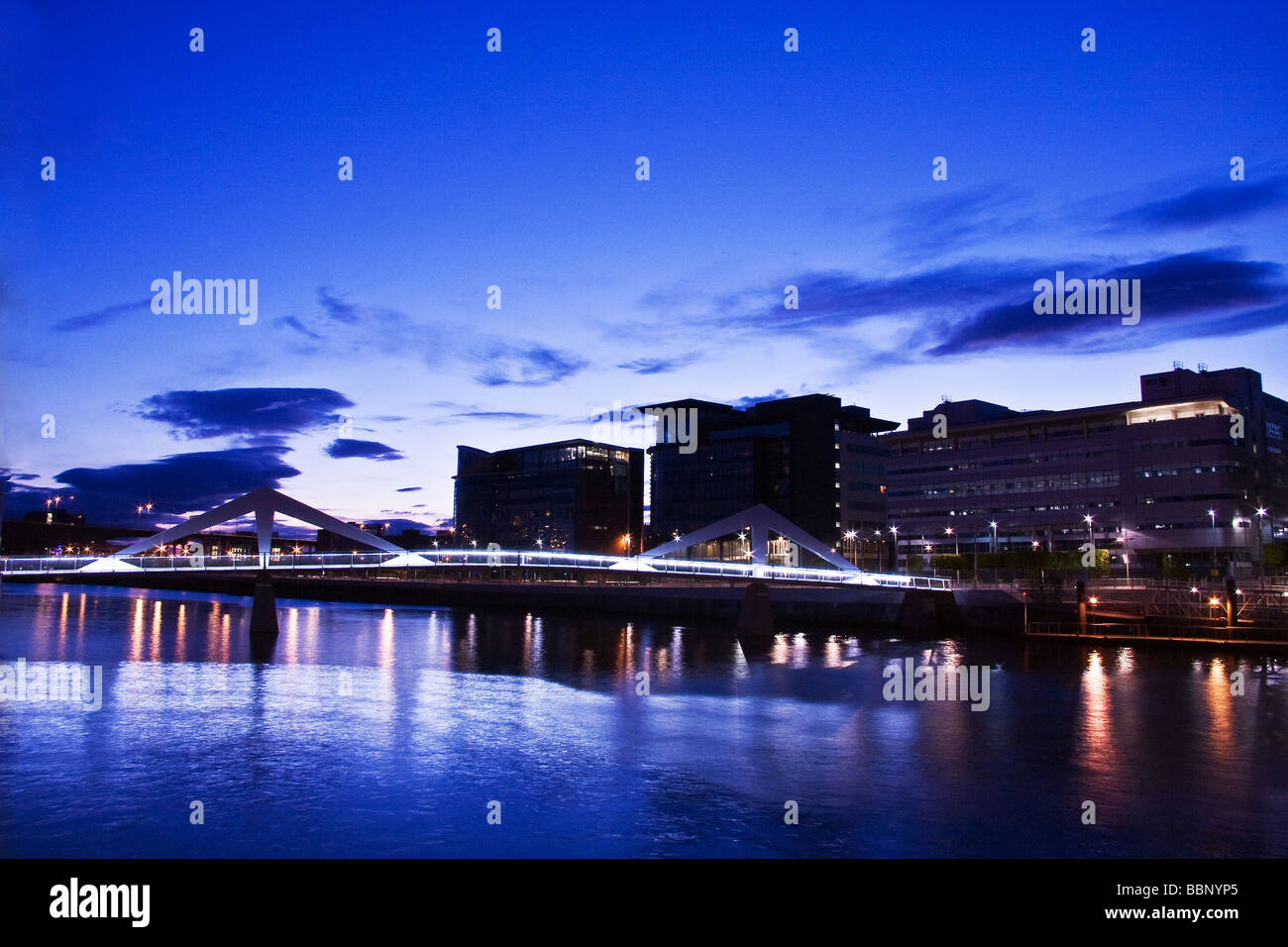 Tradeston Squiggly Bridge take at night connecting the Financial District of Glasgow City Centre with the southside. - Stock Image