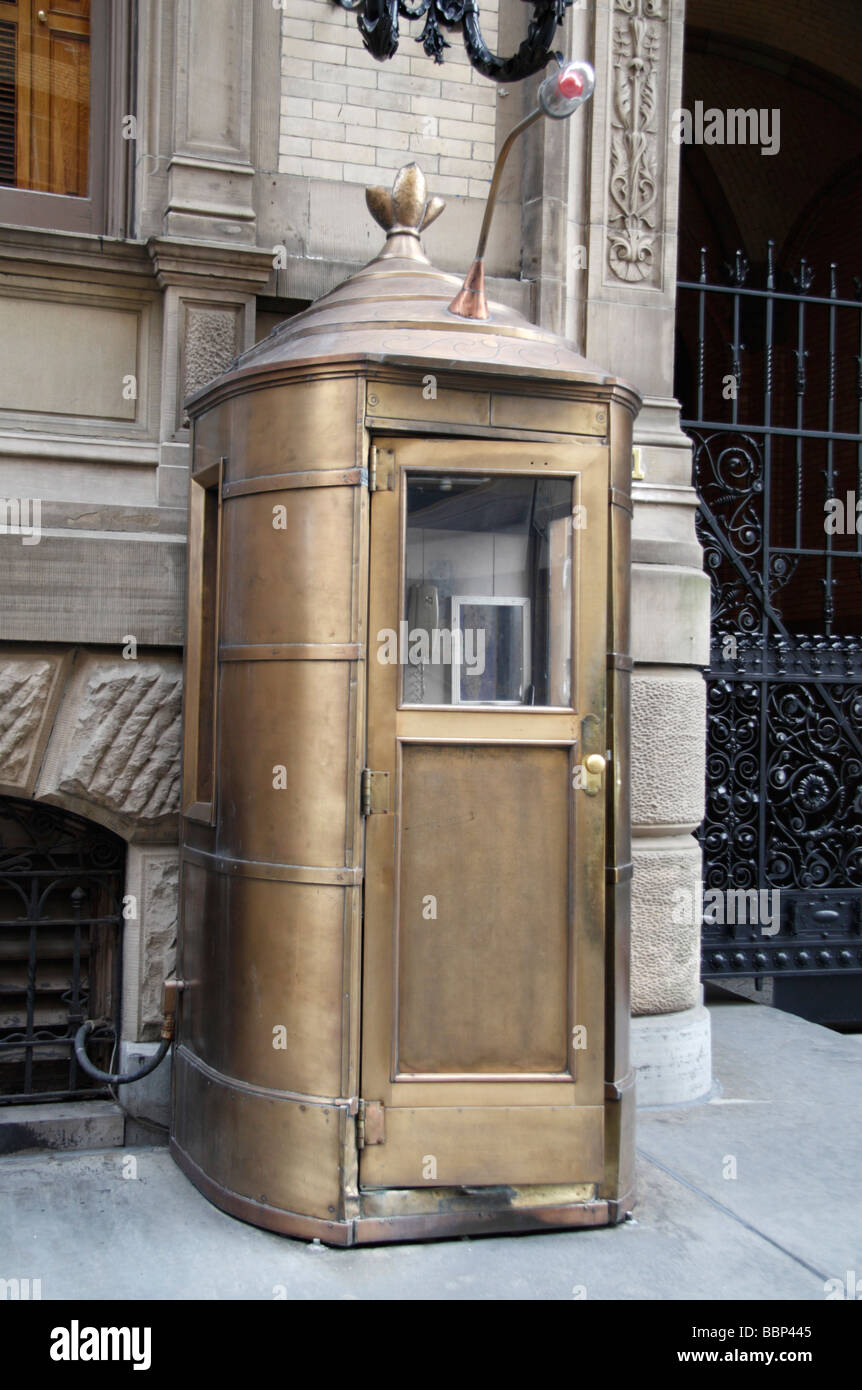 Doorman's cubicle outside the main entrance to the Dakota Building, New York, where John Lennon was murdered - Stock Image