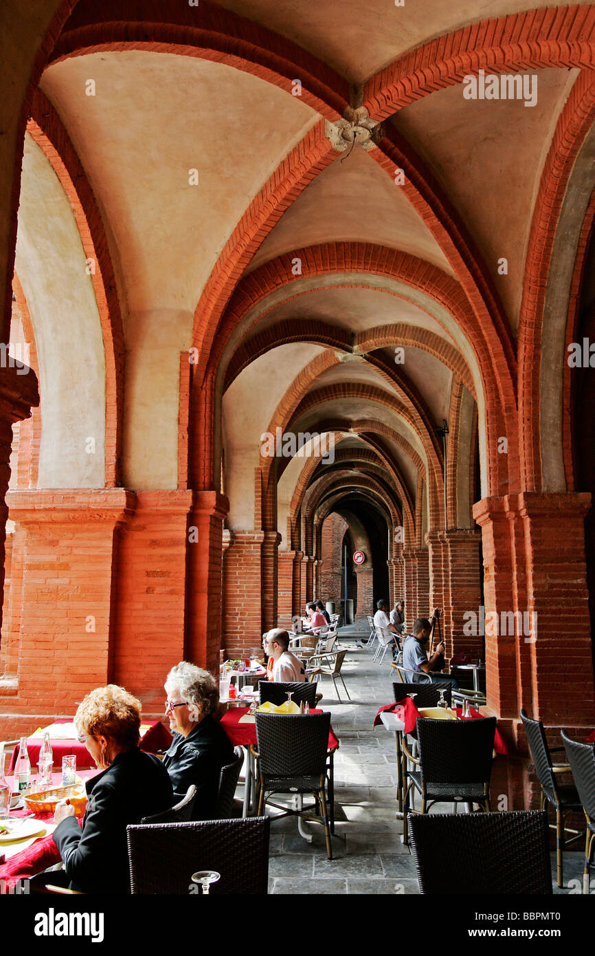 RESTAURANTS UNDER THE ARCHES ON THE PLACE NATIONALE, TOWN OF MONTAUBAN, TARN-ET-GARONNE (82), FRANCE - Stock Image