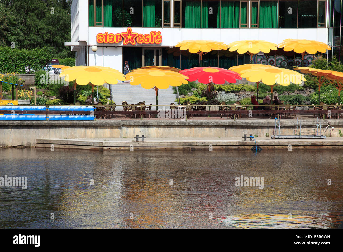 outside cafe at the river  Emajogi in the city of  Tartu, Estonia, Baltic State, Eastern Europe. Photo by Willy - Stock Image