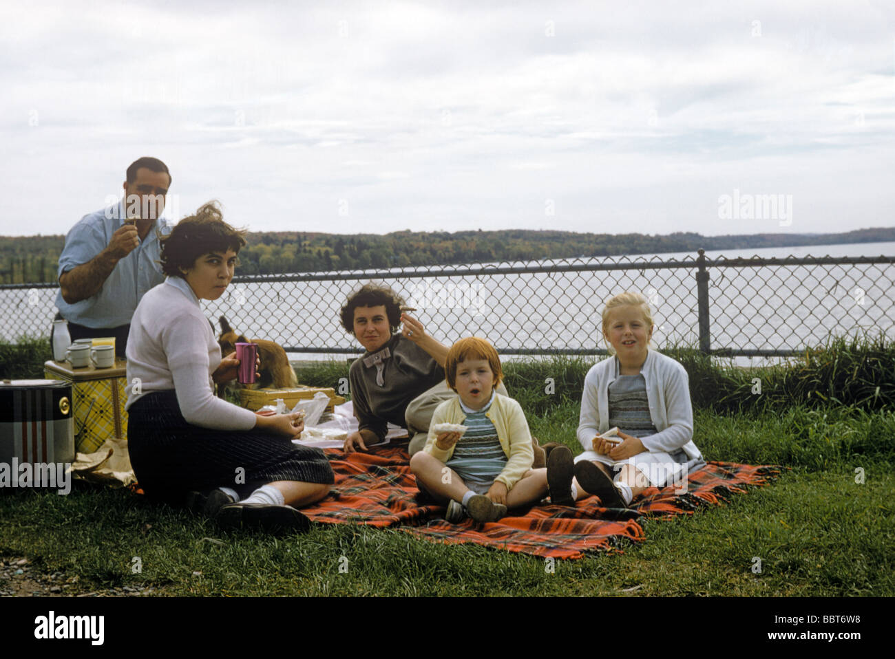 Picnic with family and friends at the lakeside, Canada 1956 - Stock Image