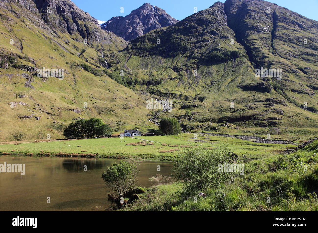 Sunny Spring day by Loch Achtriochtan at the foot of the Pass of Glencoe - Stock Image