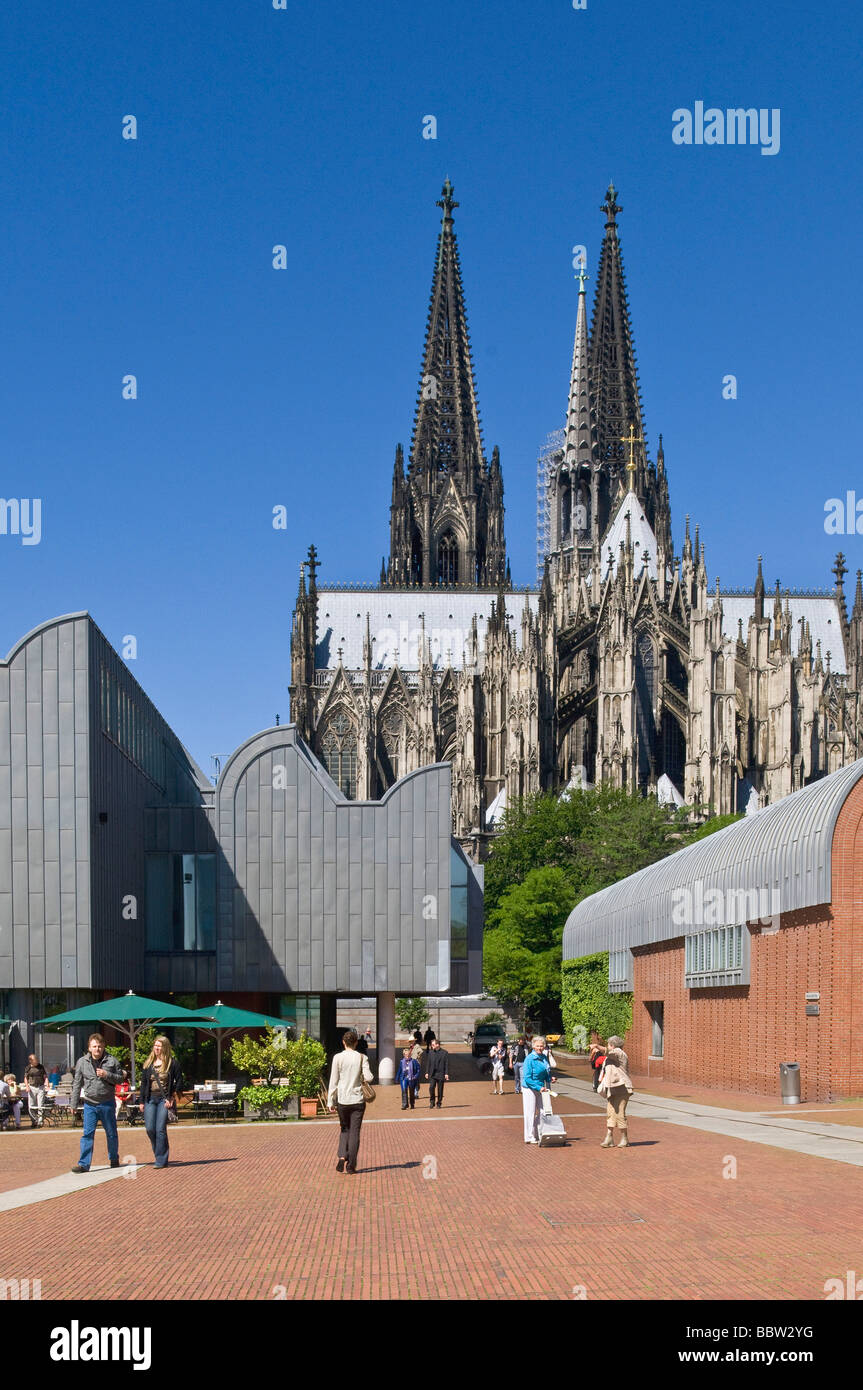 Cologne Cathedral, Ludwig Museum and tourists at front, Cologne, North Rhine-Westphalia, Germany, Europe - Stock Image