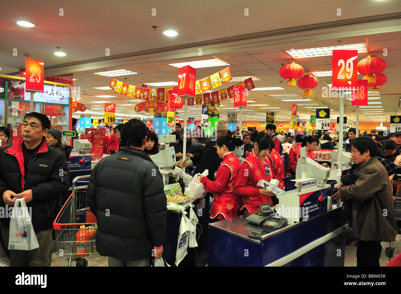 Crowded supermarket in shanghai before chinese new year - Stock Image