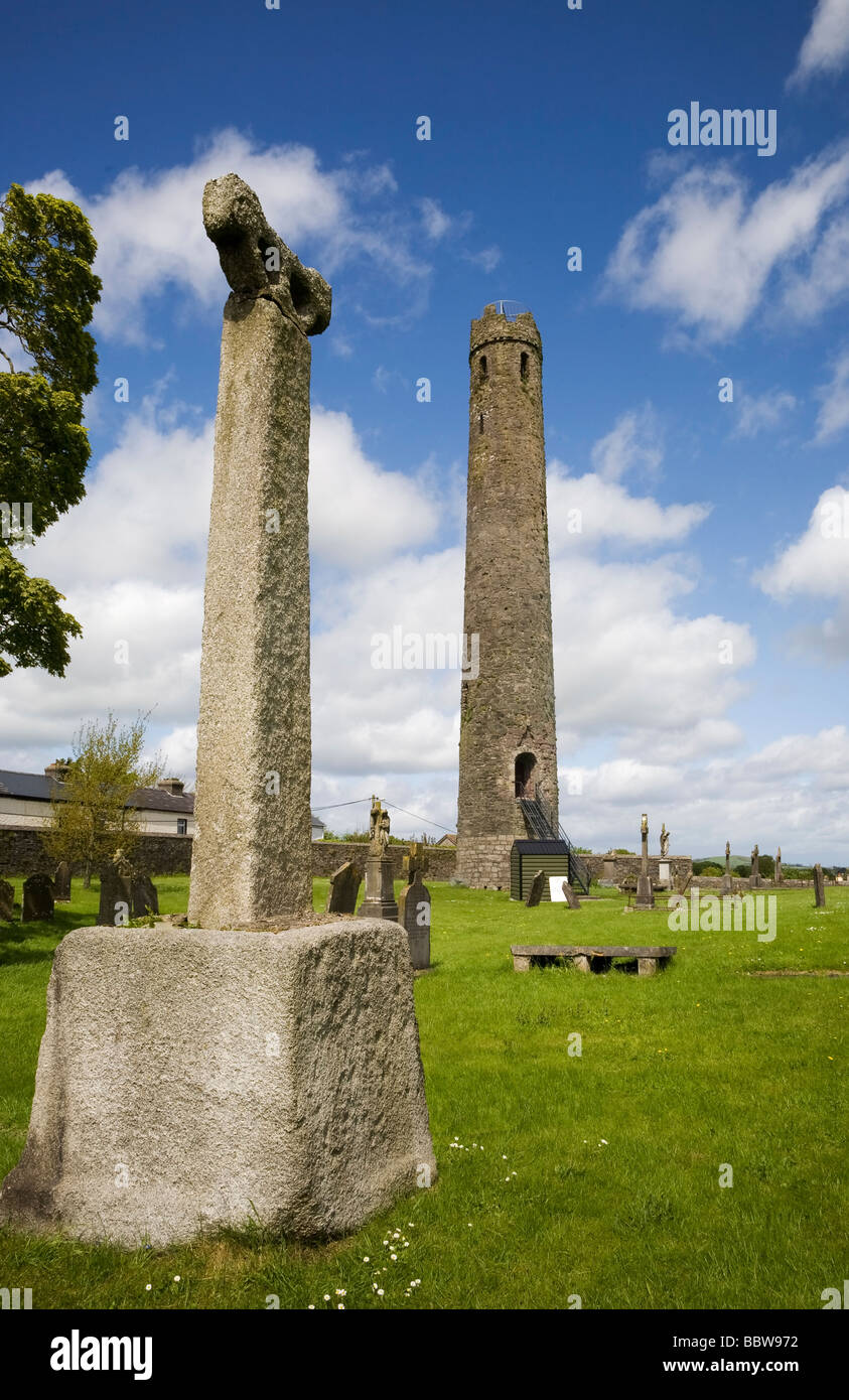 12th Century Round Tower and High Cross, St Brigid's CI Cathedral, Kildare Town, Co Kildare, Ireland - Stock Image