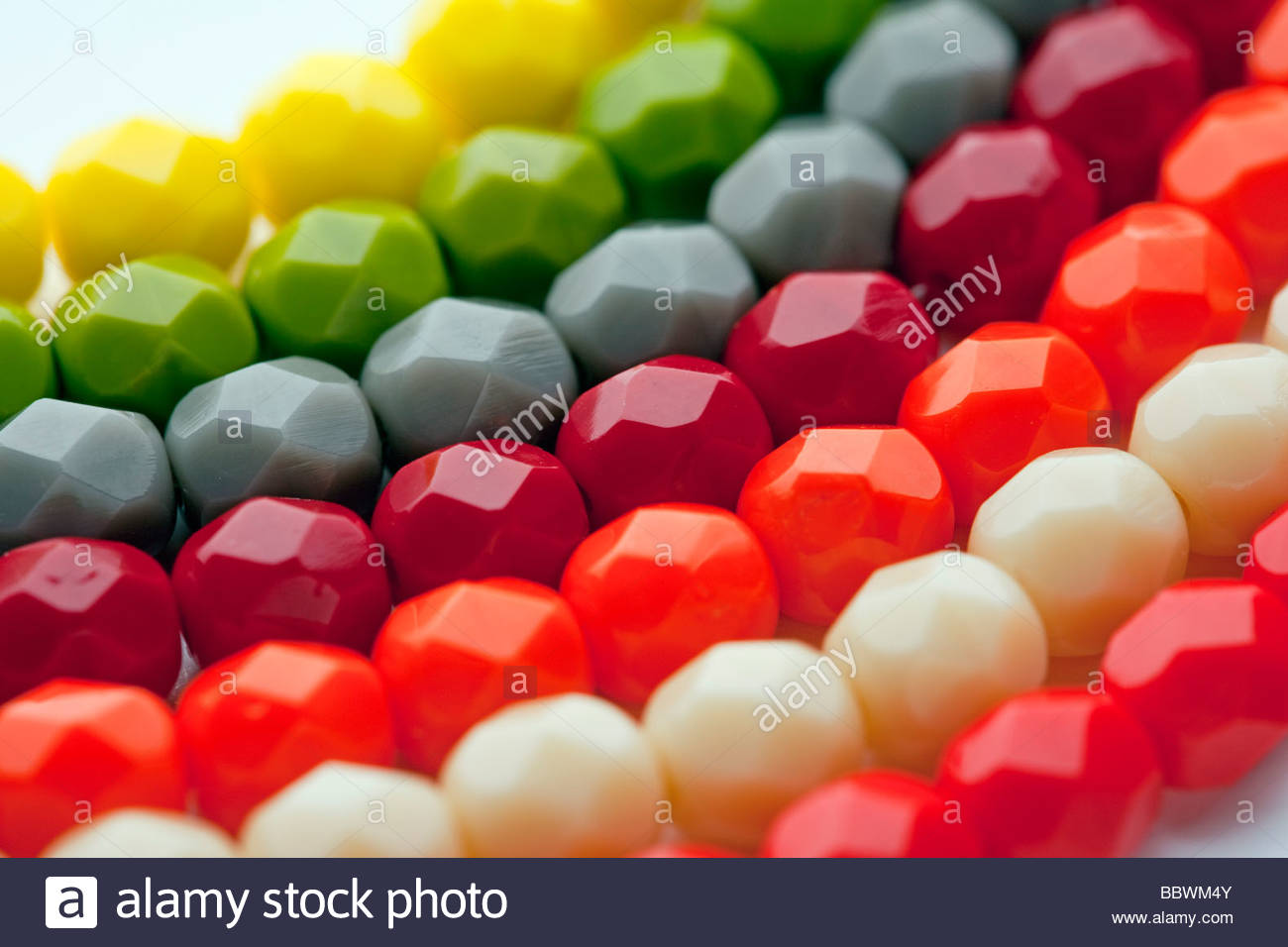 Cuentas de colores de un collar de bisutería Accounts color necklace costume jewelry - Stock Image