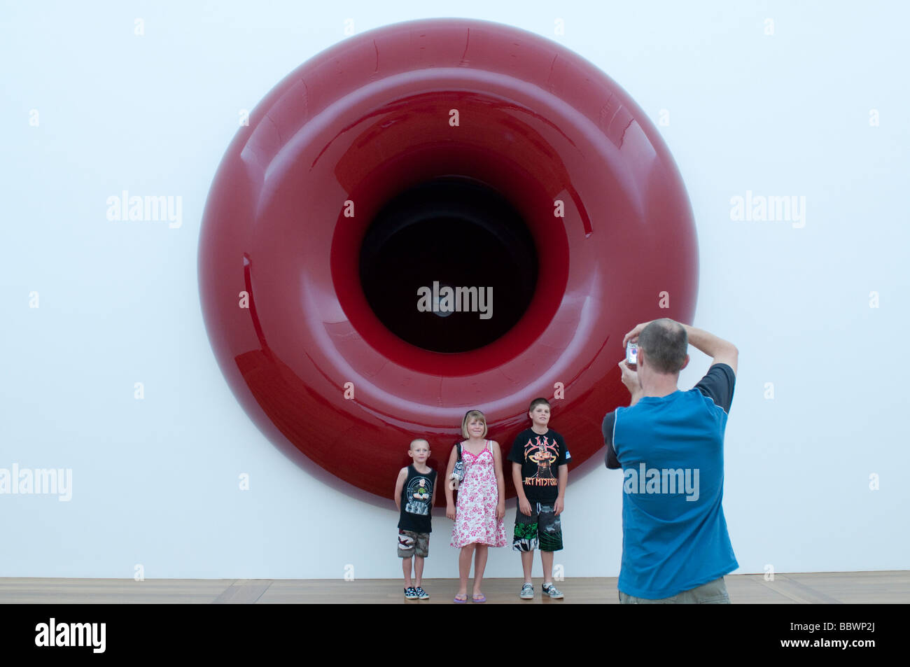 Father taking a photo of his children in front of the sculpture by Anish Kapoor in GOMA Gallery of Modern Art, Brisbane - Stock Image