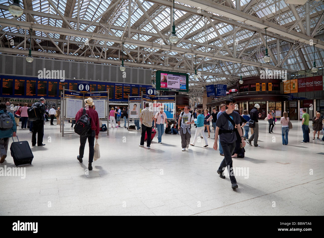 Travellers in Glasgow Central Station, Scotland's busisest train station. - Stock Image