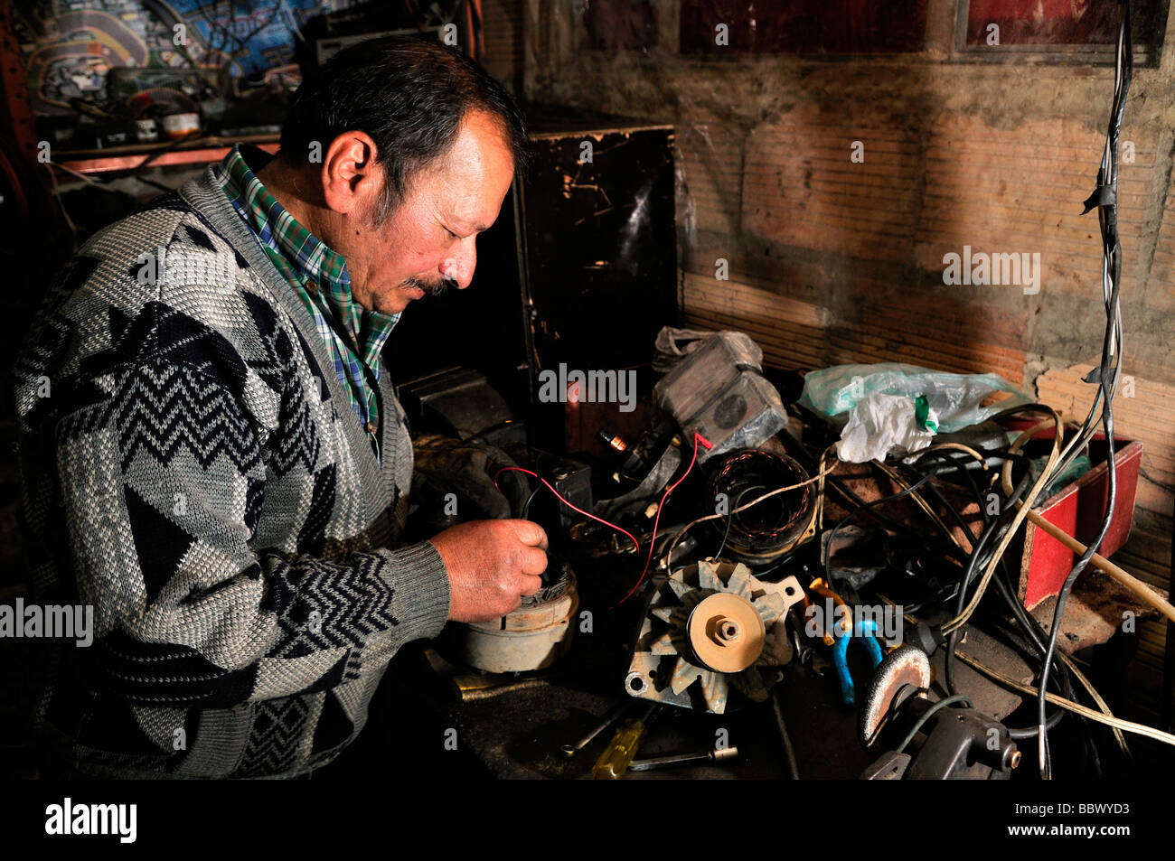Car mechanic in his workshop, Bogota, Colombia, South America - Stock Image
