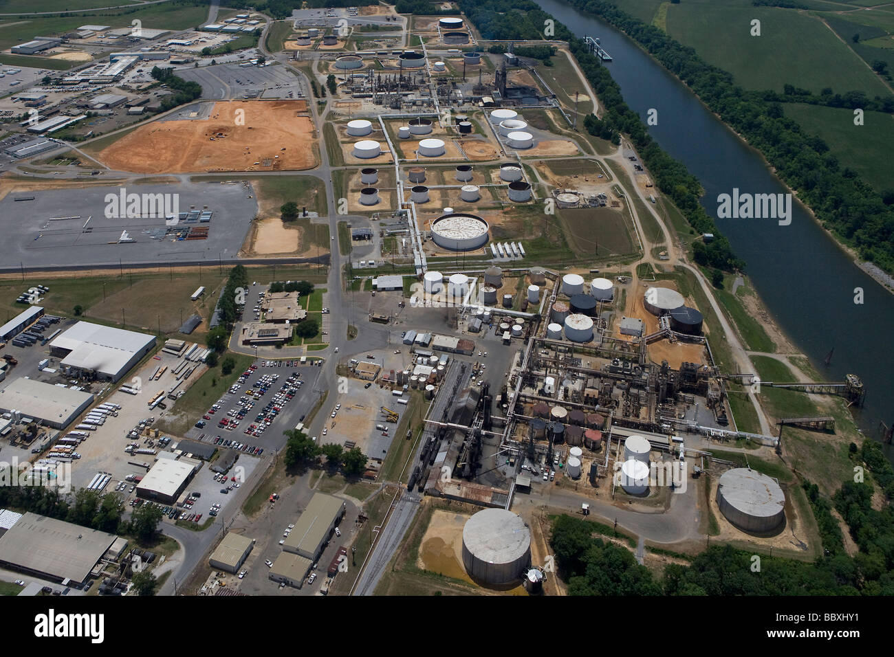 aerial view above Hunt Refining Company, Tuscaloosa, Alabama adjacent to Black Warrior river - Stock Image