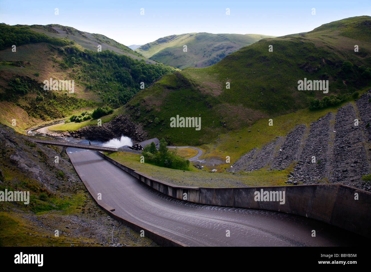 Looking down the concrete slipway on the dam at the end of the Llyn Brianne Reservoir, a man-made lake in the River - Stock Image