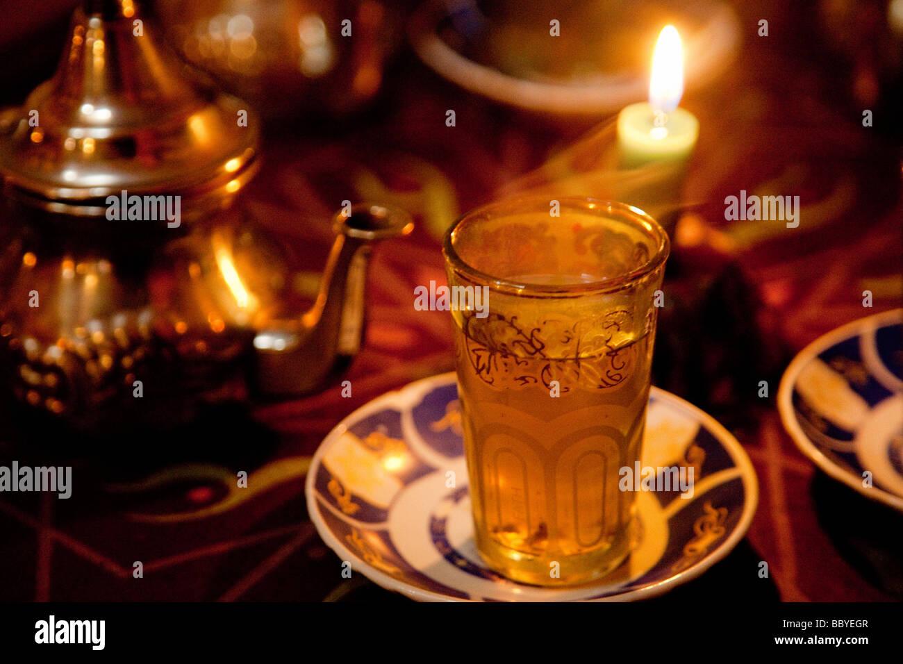 Té moruno en una Tetería arabe de Granada Andalucía España Moruno tea in a Arabic tea room Granada Andalusia Spain Stock Photo