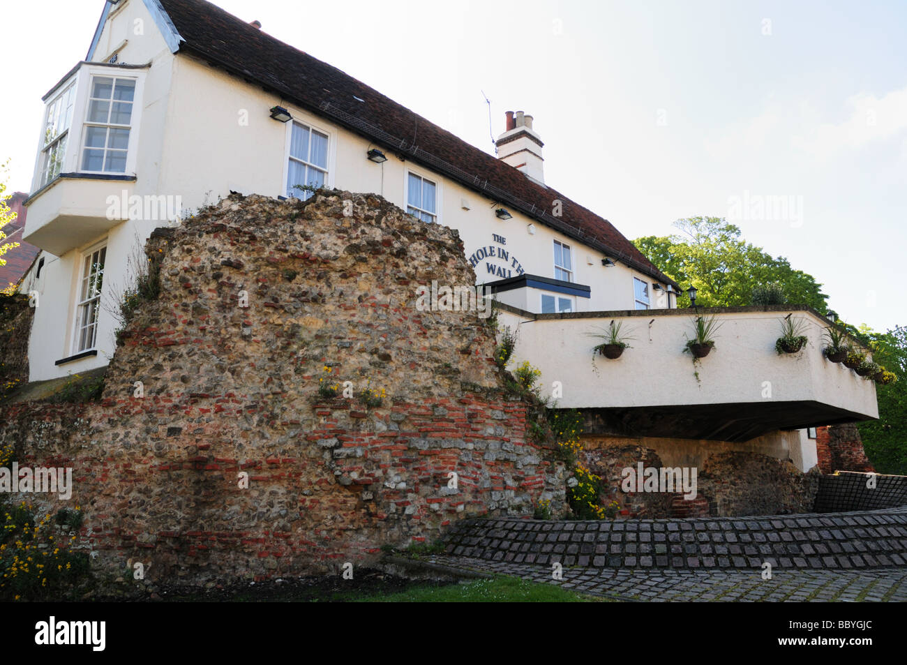 The Hole in the Wall public house built in part of the old roman wall Colchester Essex - Stock Image