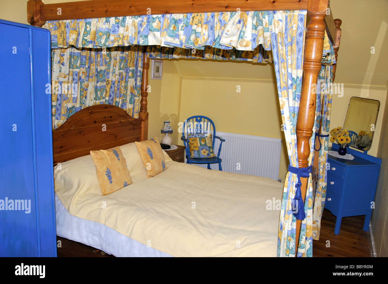 Four-poster bed in cottage, Looe, Cornwall, England, United Kingdom - Stock Image