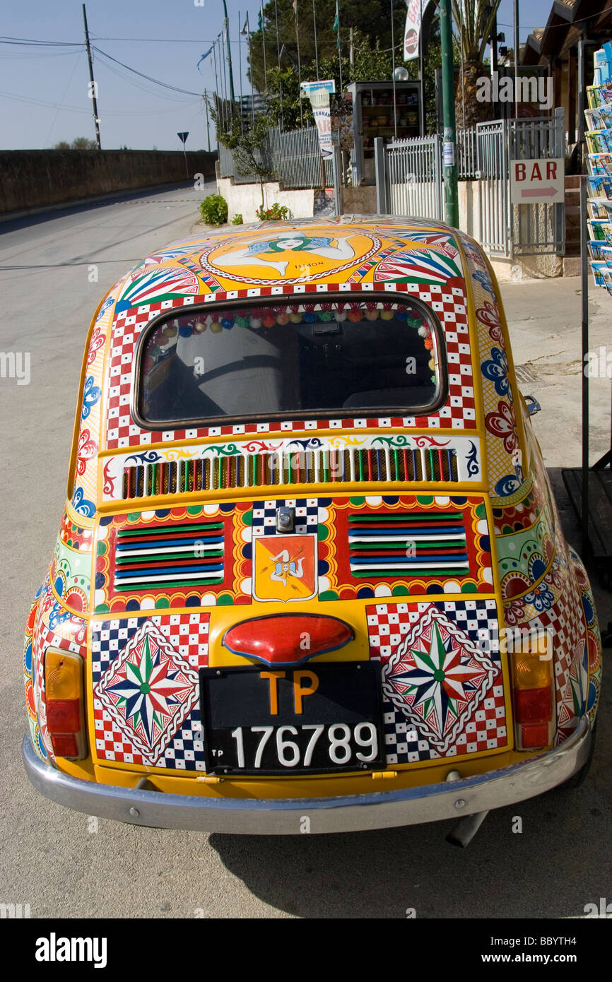 Fiat 500 decorative paint art auto, Marinella, Sicily, Italy - Stock Image
