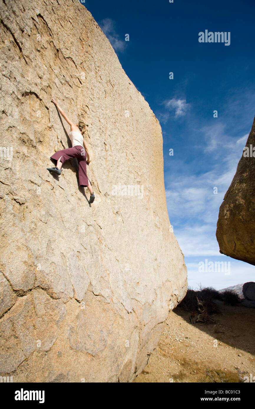 Young woman bouldering in Bishop, CA. - Stock Image