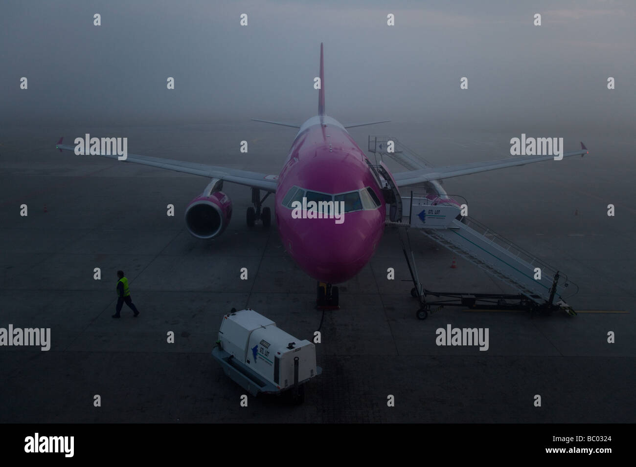Delayed aeroplane in fog - Stock Image