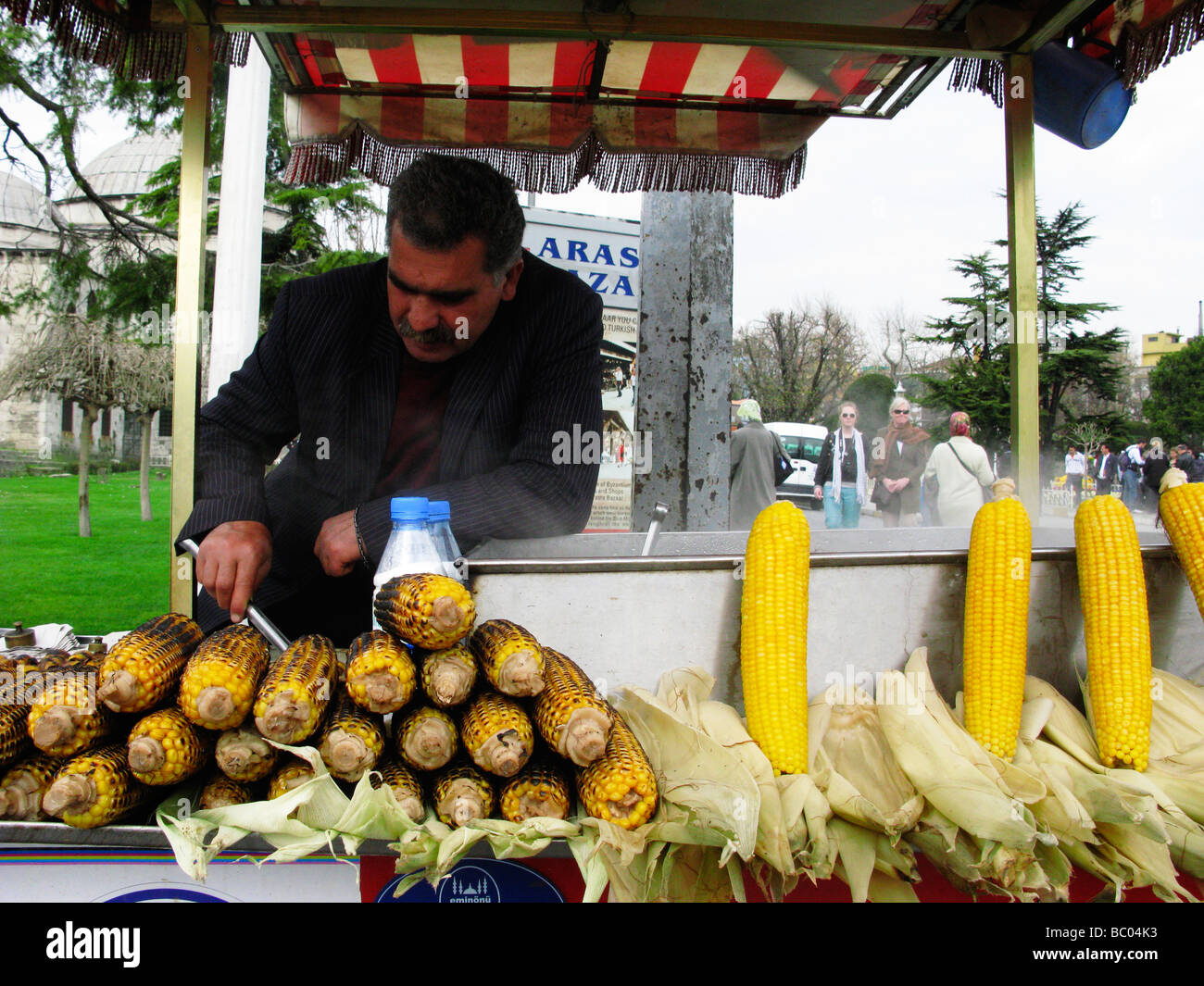 Street vendor selling grilled corn on the cob. Sultanahmet, Istanbul, Turkey. - Stock Image