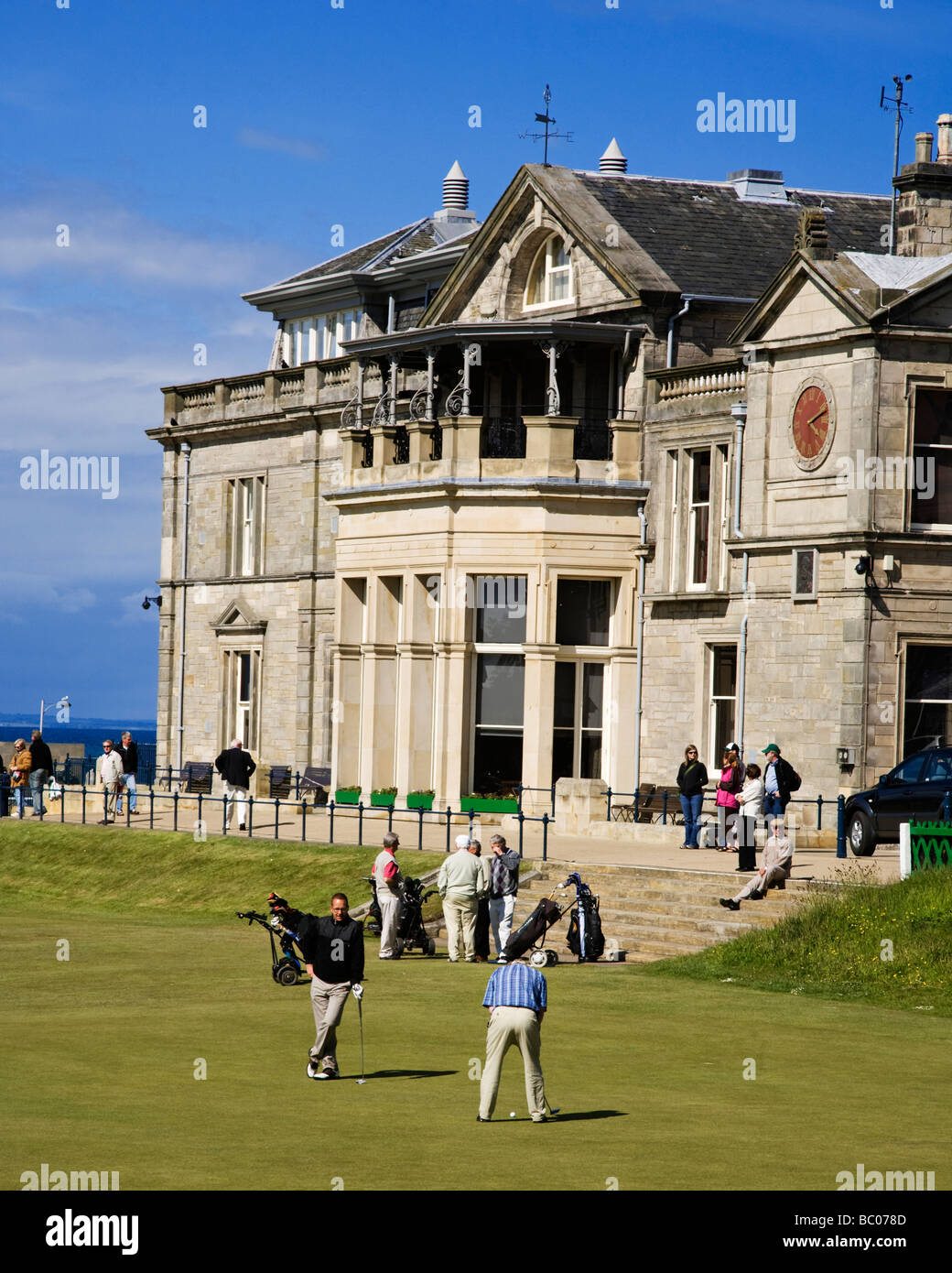 The 18th green and Clubhouse on the Old Course of the Royal and Ancient Golf Club, St Andrews, Fife, Scotland. - Stock Image