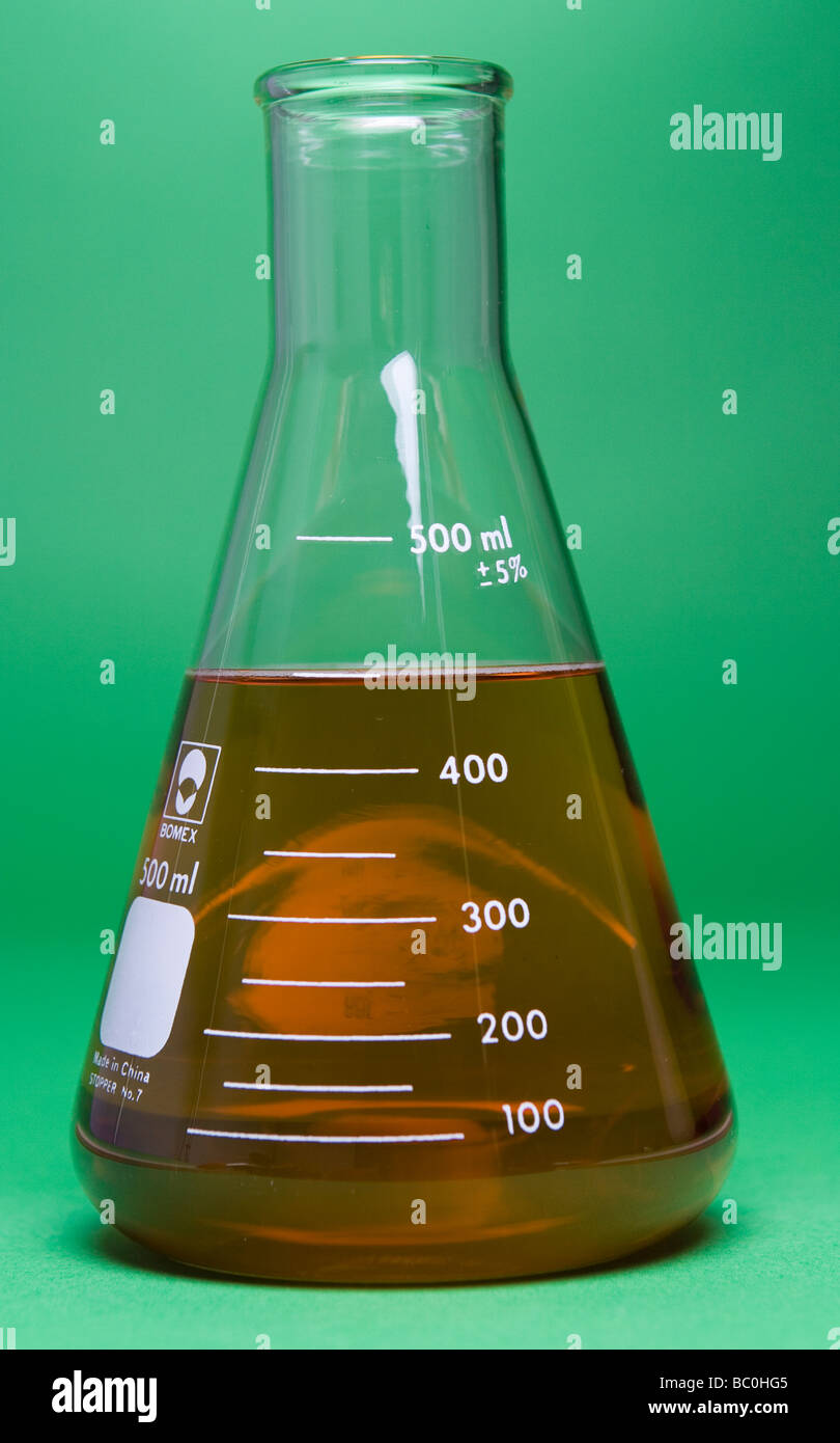 350 ml water added to 100 ml of 10% iodine solution in an erlenmeyer flask (two image dilution demonstration see - Stock Image